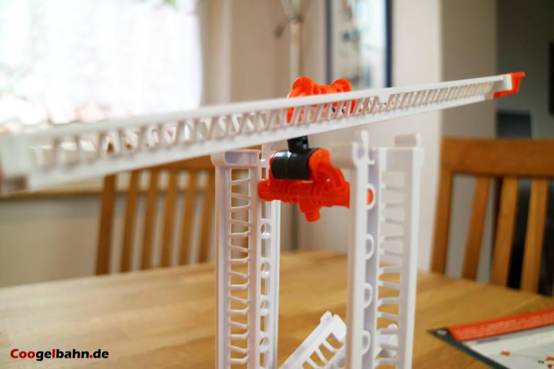 Die Wippe lässt sich mit den Bauteilen konstruieren